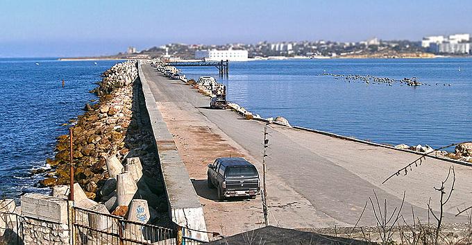 Из Севастопольской бухты подняли автомобиль с двумя трупами