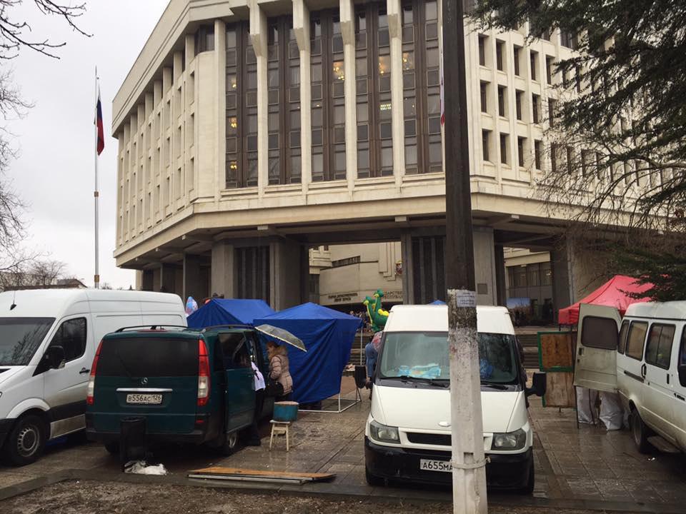 Крымчан возмутил базар под стенами парламента