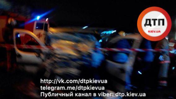 В Киеве произошло смертельное ДТП: столкнулись «Мерседес» и «Фиат», женщина умерла на месте, а девочка — в реанимации