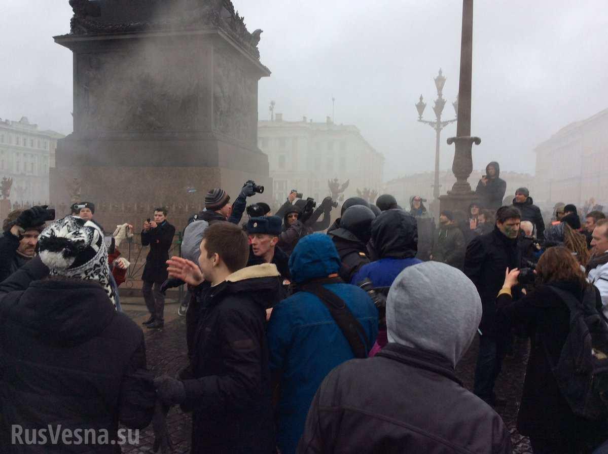 ВАЖНО: В Петербурге протестующие бросили в полицию дымовую шашку (ФОТО, ВИДЕО)