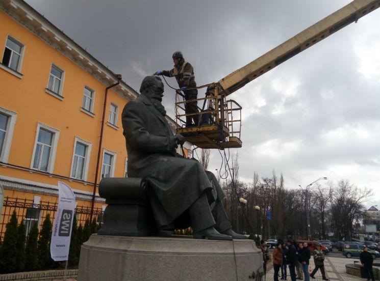 В Киеве отмыли от грязи первого президента Украины