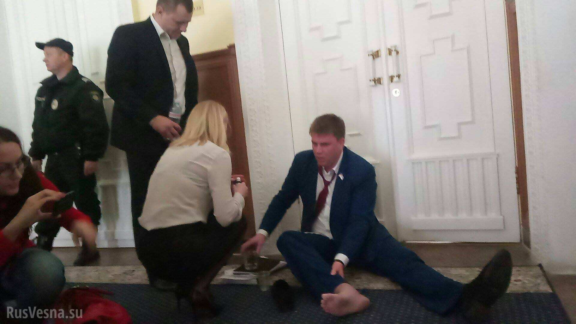 Охрана Кернеса вынесла депутата-антифашиста из зала горсовета (ФОТО, ВИДЕО)