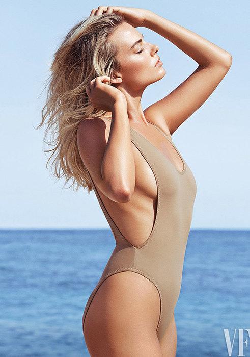 Почти голые: Кайли Дженнер и другие звёзды в «телесных» купальниках