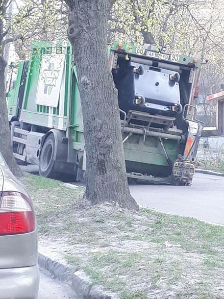 Во Львове мусоровоз врезался в дерево, перевернулся и провалился в канализационный люк