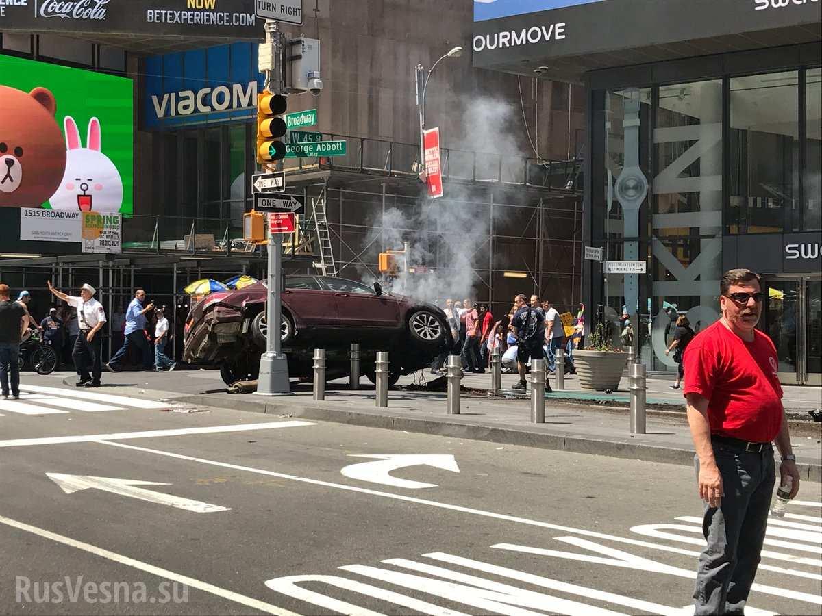МОЛНИЯ: В Нью-Йорке автомобиль на полной скорости врезался в толпу, есть жертвы (+ВИДЕО, ФОТО)