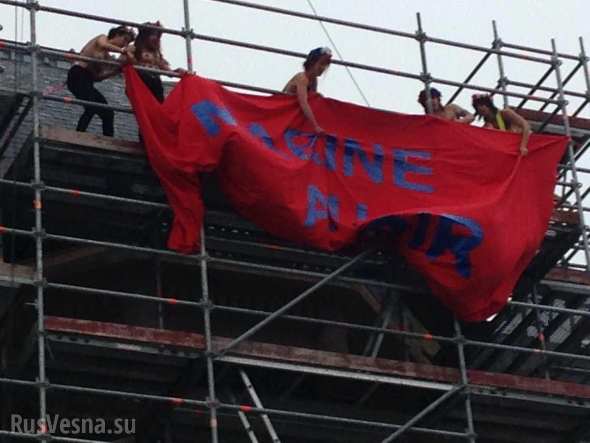 «Марин у власти, Марианна в отчаянии» — Femen оголились на выборах во Франции (ФОТО)
