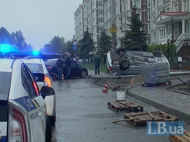 В Киеве BMW 5-series с пьяным водителем перевернулся на ходу и врезался в столб