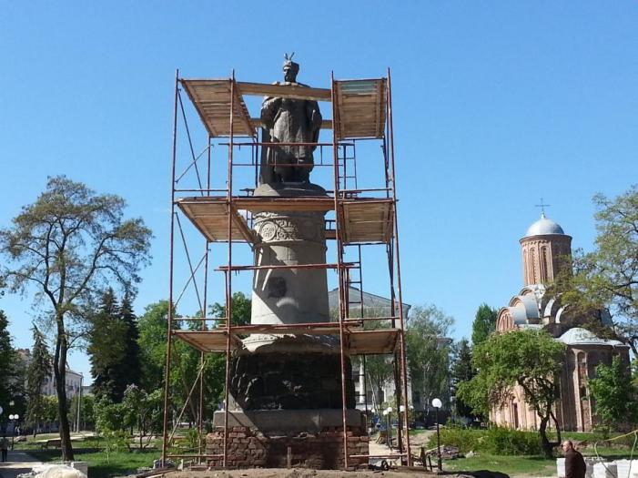 Сбылась мечта идиотов: в Чернигове за 700 тысяч гривен повернули памятник Богдану Хмельницкому спиной к Москве
