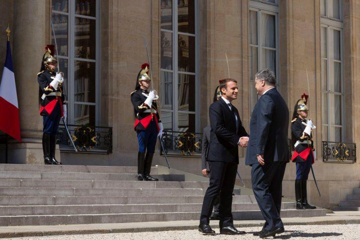 Приехав к Макрону, Порошенко первым делом бросился забирать княжну Анну у русских