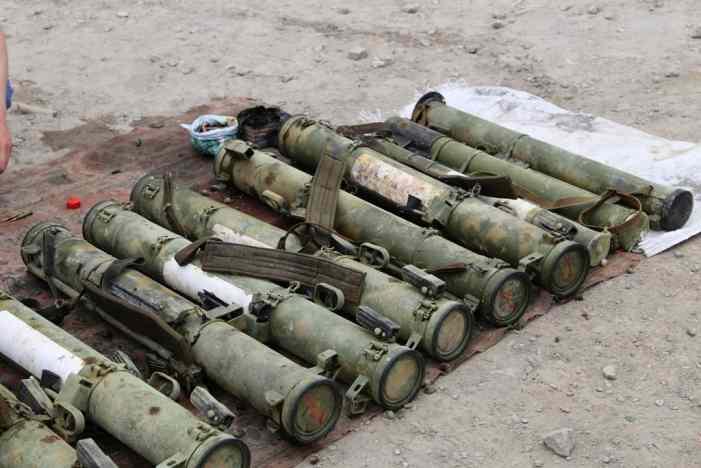 В Алчевске нашли в пруду схрон с оружием и боеприпасами, сейчас ищут его владельца
