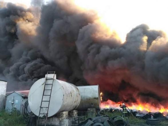 В Николаеве загоревшиеся шины вызвали масштабный пожар — горит городская свалка