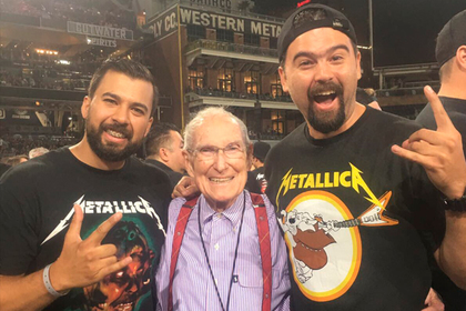 Отец покойного басиста Metallica ходит на концерты группы
