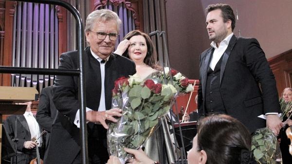 Владимир Федосеев в окружении оперы
